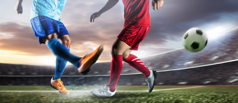 行动反撞力球的足球运动员在体育场 免版税库存图片