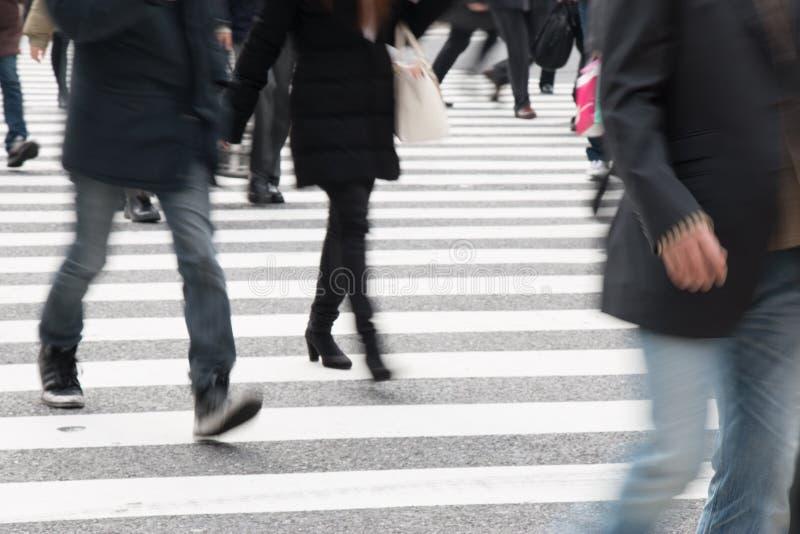 行动横跨步行者的被弄脏的人在涩谷连接点, T 库存照片