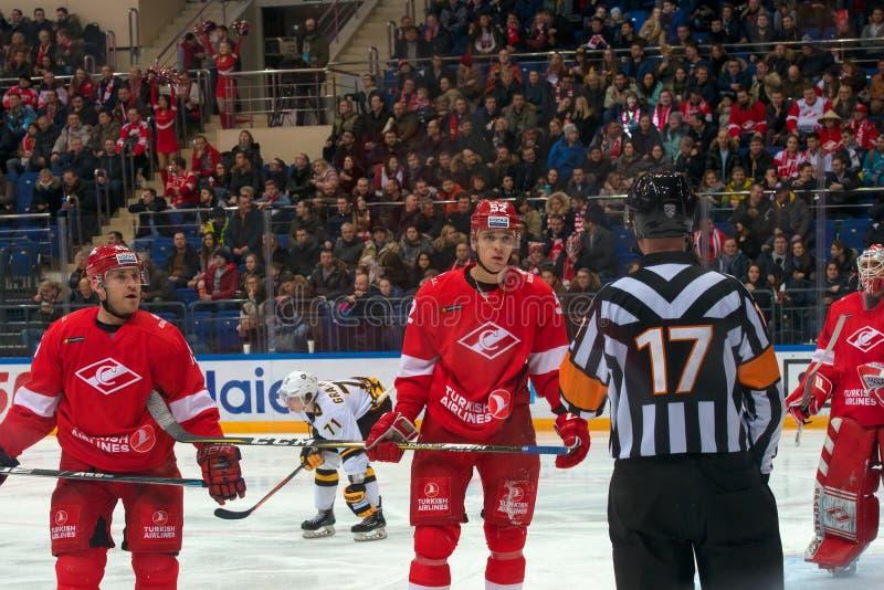 行动的仲裁人对曲棍球赛Spartak对谢韦尔钢铁切列波维茨 图库摄影