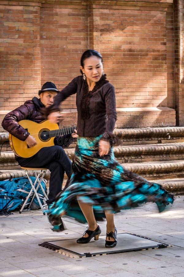 行动的佛拉明柯舞曲舞蹈家和吉他弹奏者 免版税库存图片