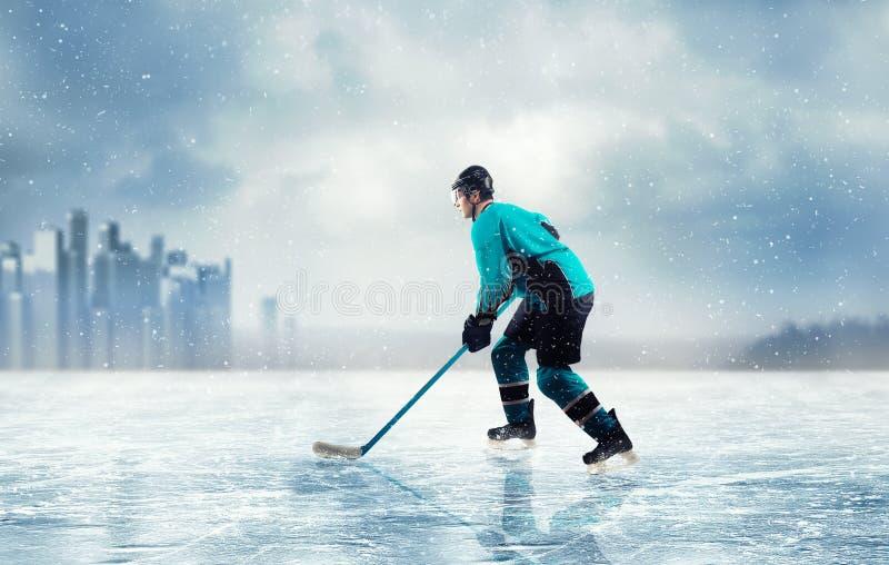 行动的冰球球员对冻湖 免版税库存照片