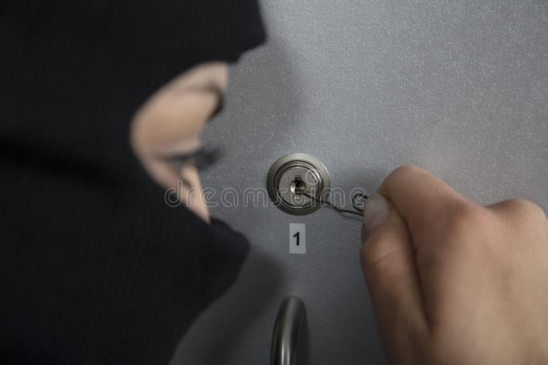 行动的夜贼,设法打开锁 免版税库存照片