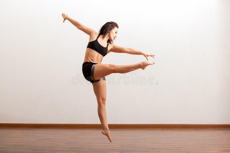 行动的女性爵士乐舞蹈家 免版税库存图片