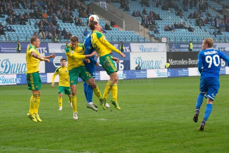行动的未认出的球员在足球赛期间 库存照片