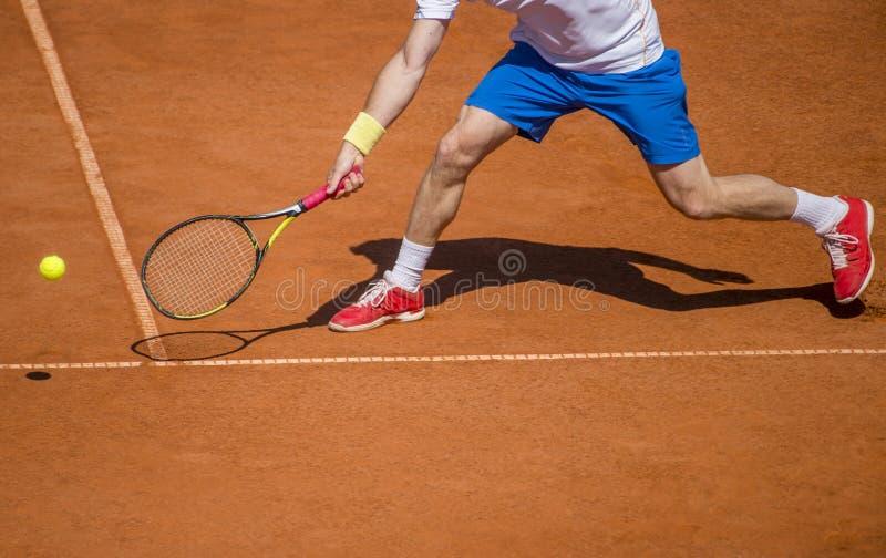 行动的男性网球员对法院在一个晴天 免版税图库摄影