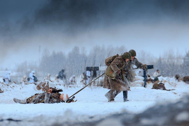 行动的红军军医与争斗的伤兵