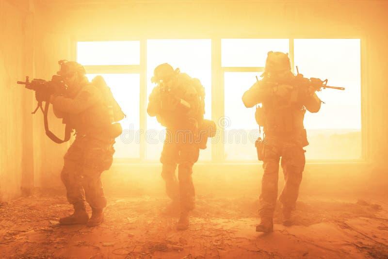 行动的美国陆军别动队员 免版税库存图片