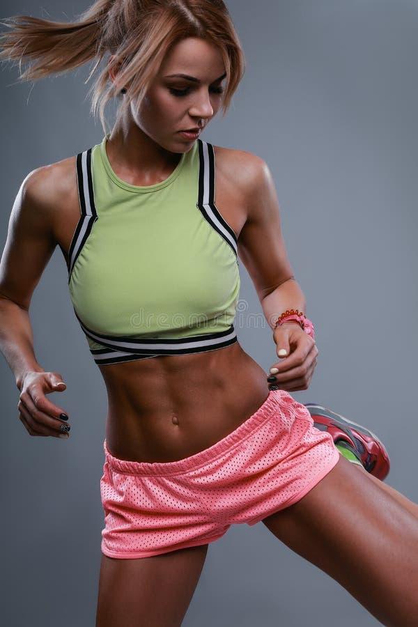 行动的肌肉妇女 库存照片