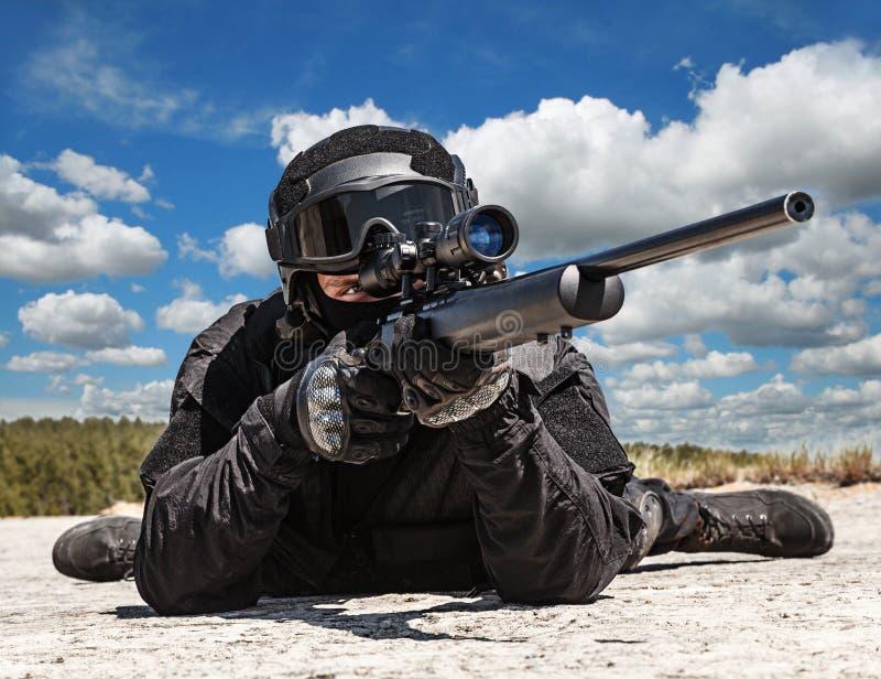 行动的警察狙击手 免版税库存图片