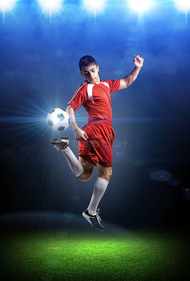 行动的足球运动员在体育场内 免版税库存照片
