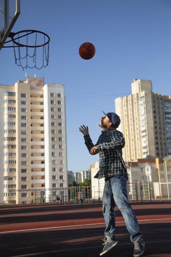 行动的青少年的男孩篮球运动员在篮球场 免版税库存照片