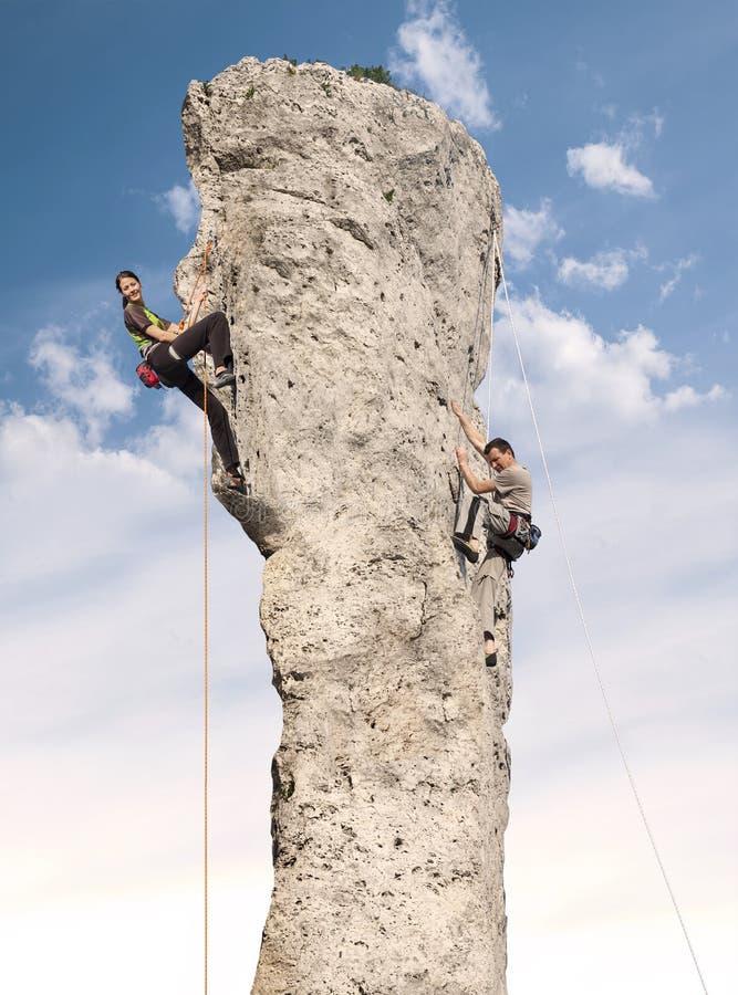 行动的登山人,少妇和人上升 库存图片