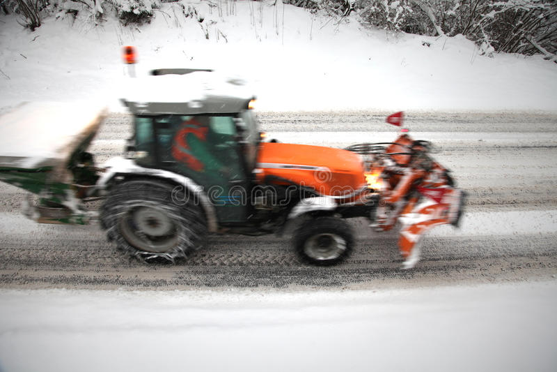 行动被弄脏的拖拉机除冰的路 库存图片