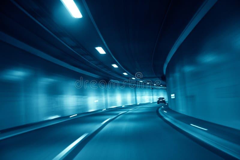 行动被弄脏的蓝色色的隧道驾车 免版税库存照片