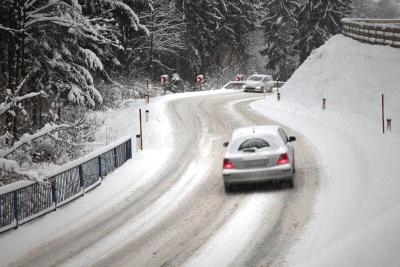 行动被弄脏的驾车在雪道 库存照片
