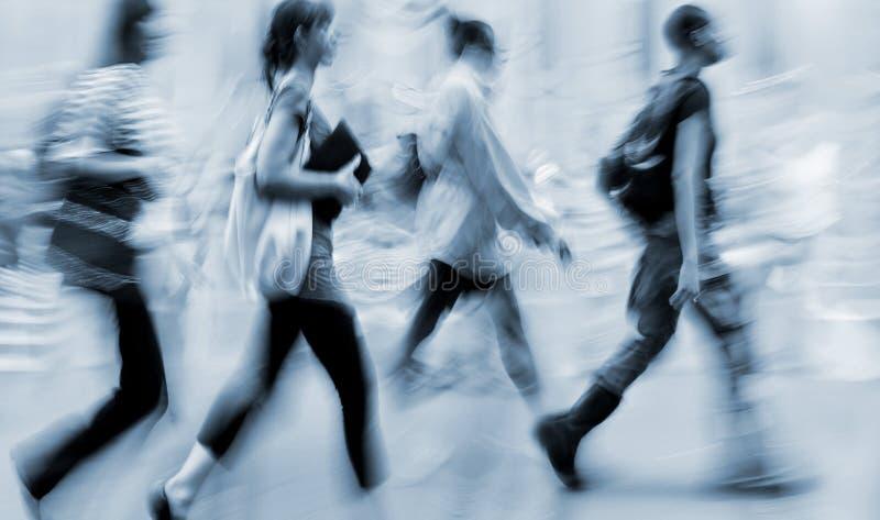 行动走在街道上的被弄脏的商人 免版税图库摄影