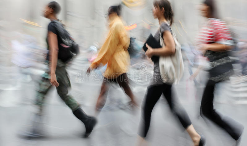 行动走在街道上的被弄脏的商人 库存图片