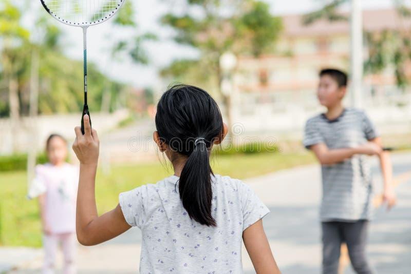 行动迷离打羽毛球的女孩 库存图片