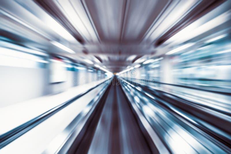 行动迷离摘要背景、快行走道或者travelator在机场终端运输徒升作用 概念查出的运输白色 免版税库存照片
