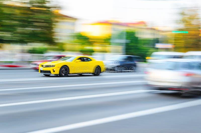 行动迷离黄色雪佛兰Camaro 免版税库存照片
