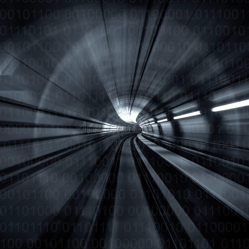 行动迷离摘要-在往光的一个地下隧道标题 黑色白色 图库摄影