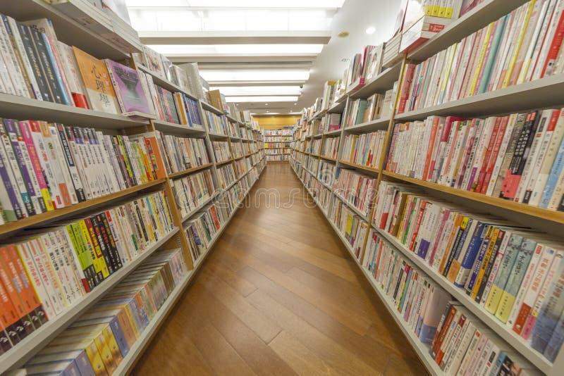 行和书架显示在书店 图库摄影