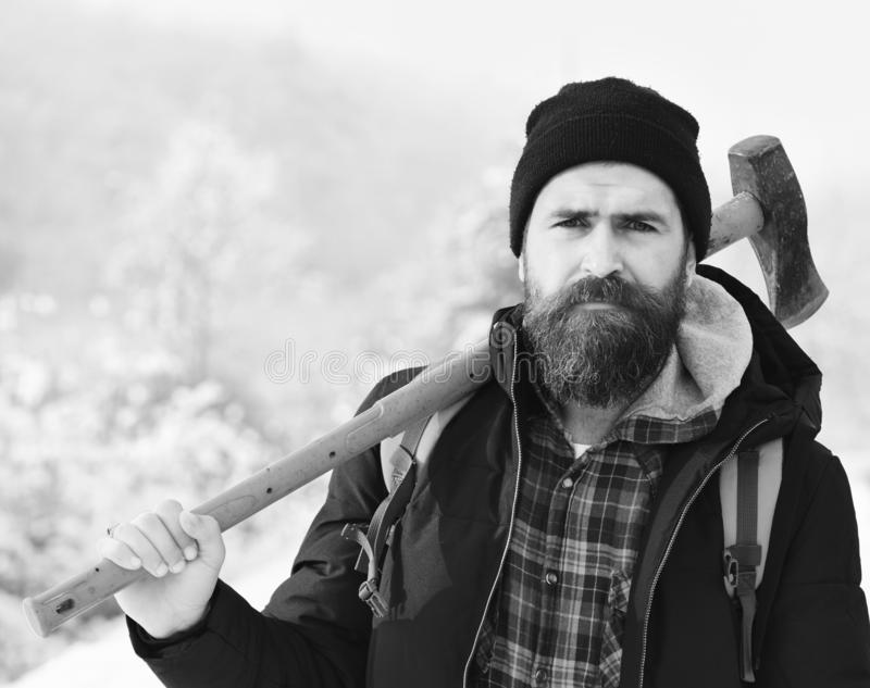 行家住在森林并熟悉森林的人概念 冬天衣裳的强壮男子有背包的 免版税图库摄影