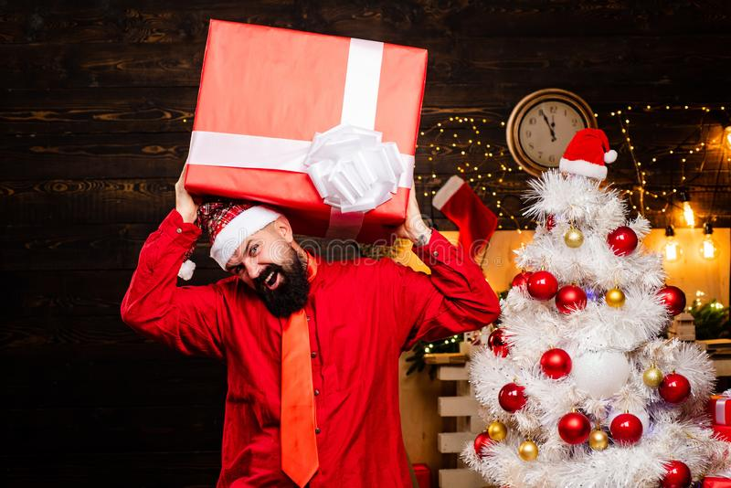 行家圣诞老人 礼物文本拷贝空间 礼物情感 时尚红色礼服举行礼物的圣诞节人 圣诞节圣诞老人 免版税图库摄影