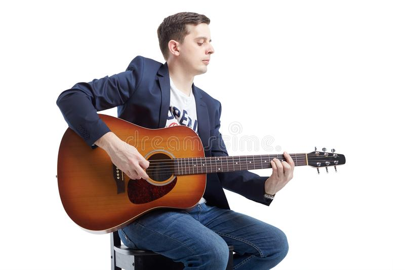 行家在白色隔绝的吉他演奏员人 免版税库存照片