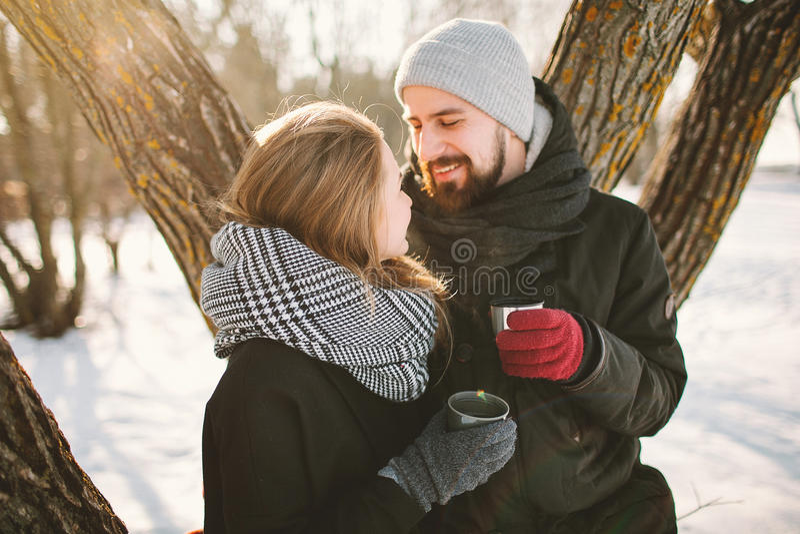 行家夫妇在冬天停放用从热水瓶的热的茶 免版税库存照片