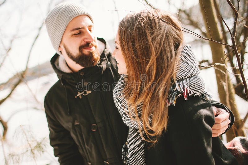 行家夫妇坐在冻湖的树 免版税库存照片