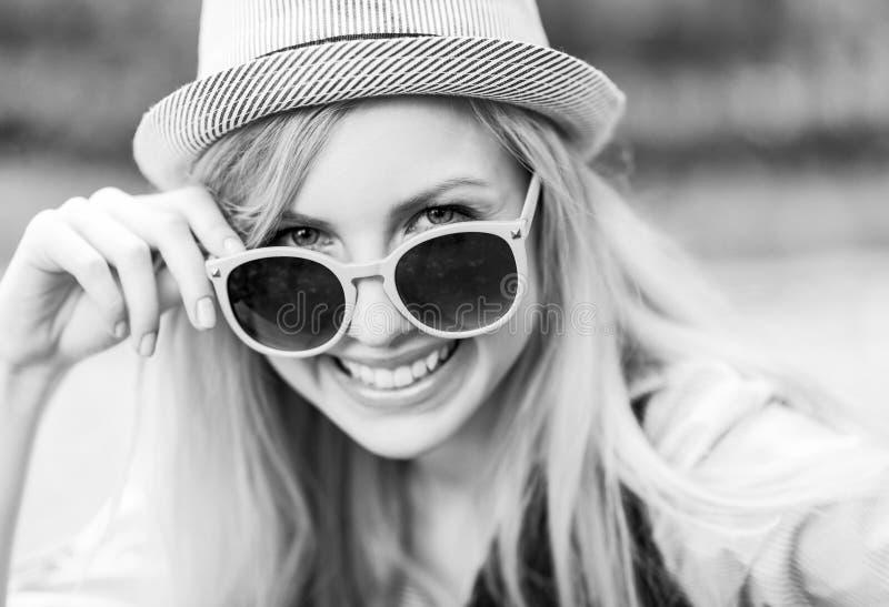 行家女孩佩带的太阳镜 图库摄影