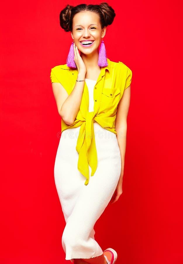 行家女孩在偶然五颜六色的夏天在演播室穿衣 图库摄影