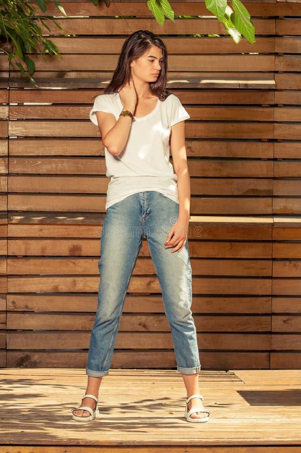 年轻行家女性模型摆在室外在一个晴天 库存照片