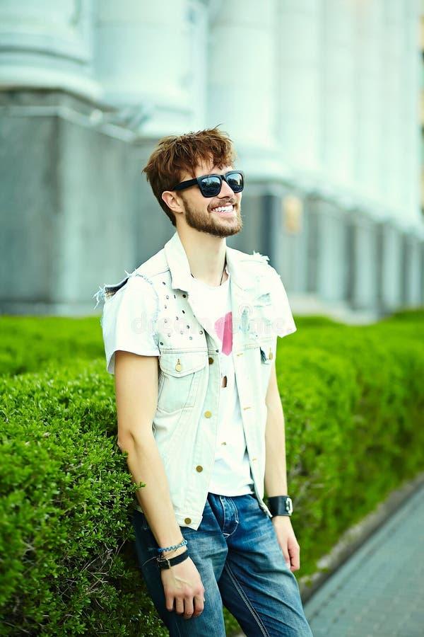 行家布料的滑稽的微笑的行家英俊的人在街道 免版税库存照片