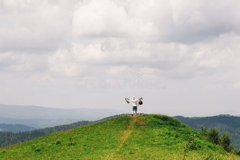 行家旅客在它上面山有惊人的看法和holdi 免版税库存照片