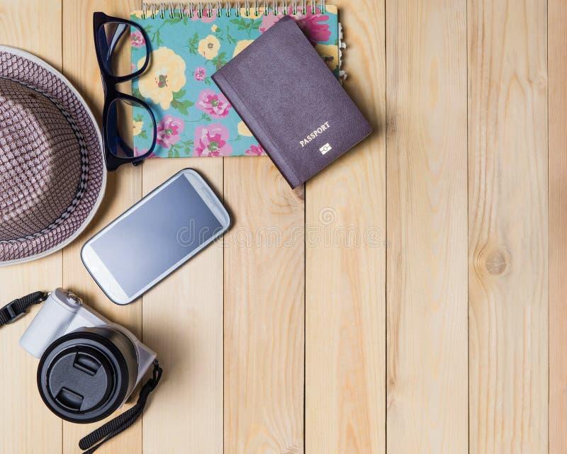 行家旅客备忘录日志在木背景的护照项目 库存照片
