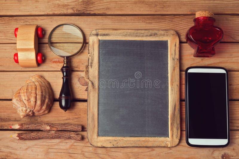 行家生活方式 葡萄酒和现代对象收藏在木桌 嘲笑为您的商标设计显示 顶视图 免版税库存照片
