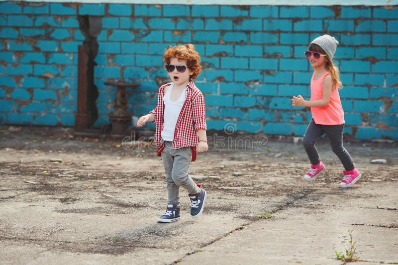 行家男孩和女孩在公园 免版税库存照片
