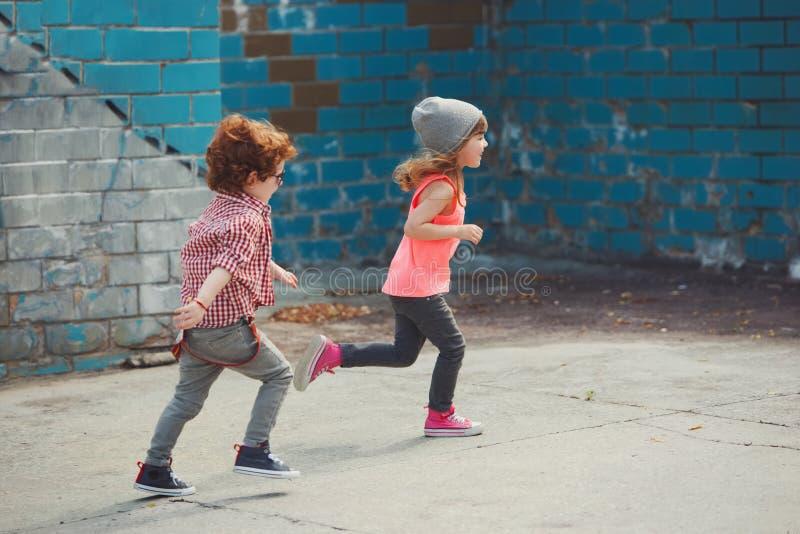 行家男孩和女孩在公园 库存图片