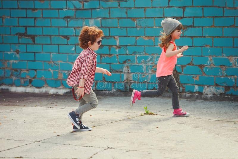 行家男孩和女孩在公园 免版税图库摄影