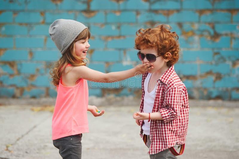 行家男孩和女孩在公园 免版税库存图片