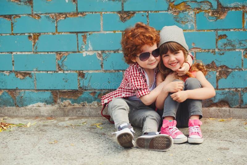 行家男孩和女孩在公园 库存照片