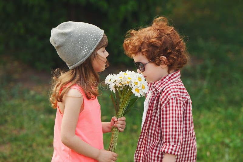 行家男孩和女孩在公园 图库摄影