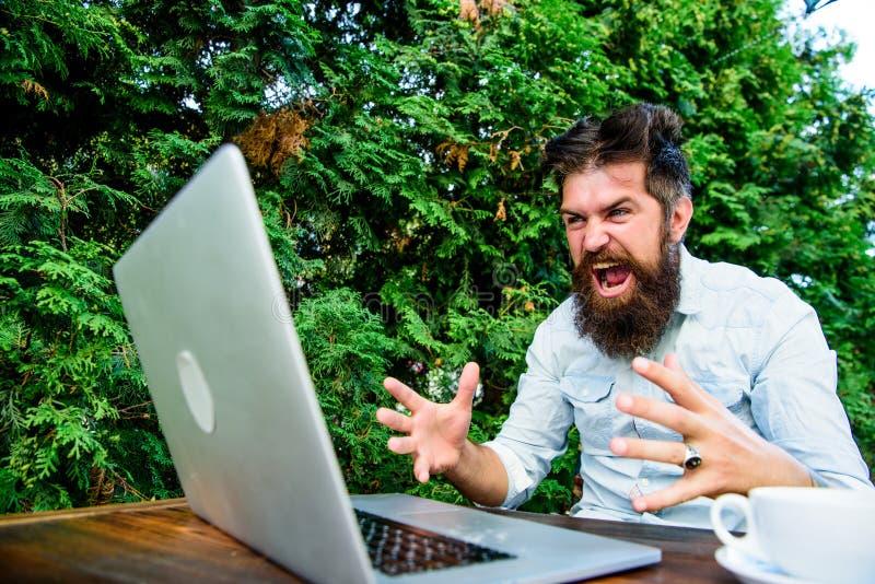 行家繁忙与自由职业者 Wifi和膝上型计算机 激怒慢的互联网 饮料咖啡和快速地工作 最后期限来临 图库摄影