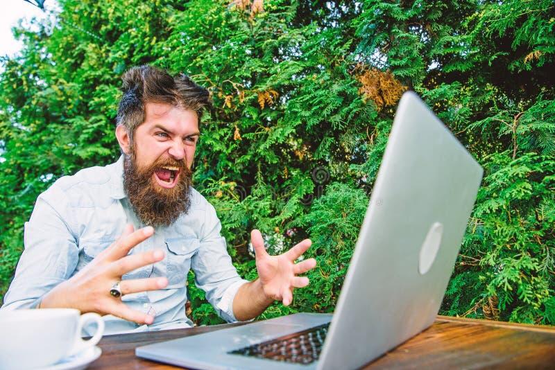 行家繁忙与自由职业者 Wifi和膝上型计算机 激怒慢的互联网 饮料咖啡和快速地工作 最后期限来临 免版税图库摄影