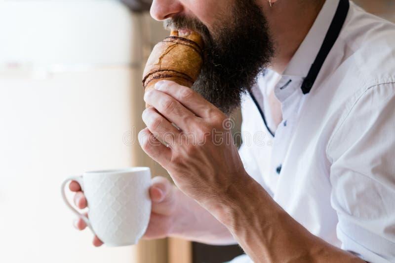 行家零食时间早餐早午餐杯子新月形面包 图库摄影