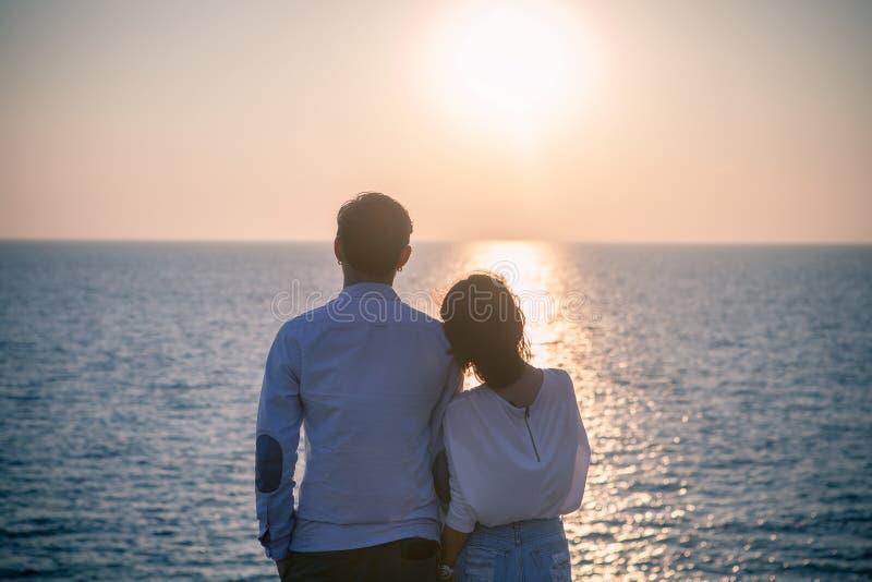行家更加年轻的爱夫妇假期摄影样式放松 免版税库存照片