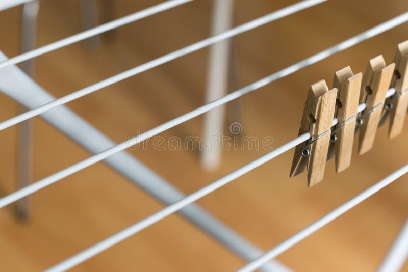 行布朗木钉截去了可折叠晒衣架布朗木背景 库存照片