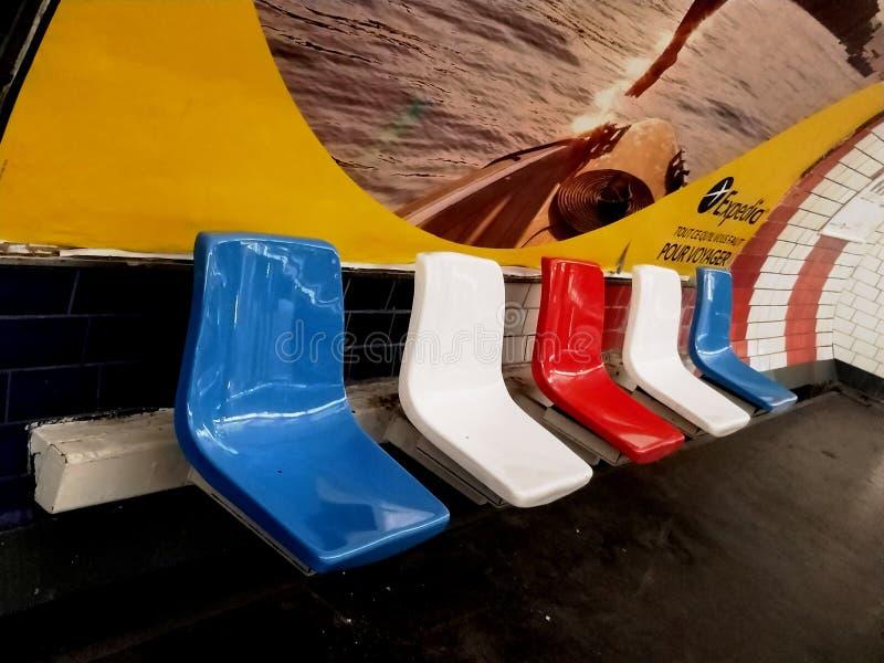 行带来和空置的五颜六色的塑料椅子 库存图片